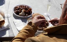 Tastant el cargol de la vinyala a la Fira d'�dena