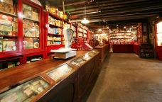 Interior de la botiga Ultramarinos y coloniales de Salàs de Pallars