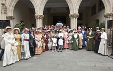 Cada any el Museu T�xtil organitza una passejada fins a l�Ajuntament amb vestits fets a m�