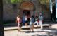 Un grup fent una visita guiada davant de l'església de Siurana