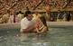 Al llarg del congrés es duu a terme el baptisme de diversos Testimonis de Jehovà