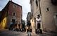 Un grup de persones passeja amb 'segway' pel call de Girona