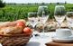 Taula preparada per a un tast enmig de les vinyes empordaneses