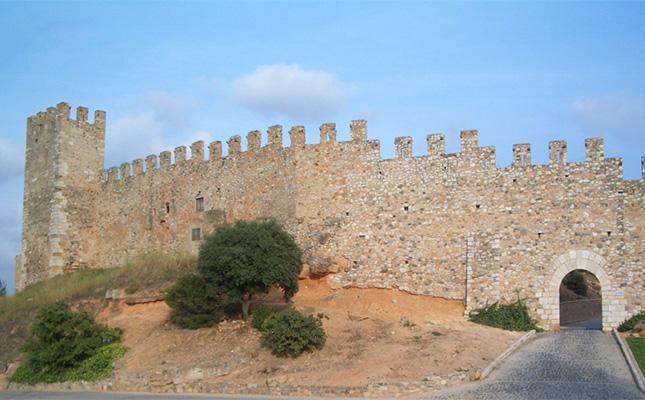 Quin rei va fer bastir les muralles de Montblanc?