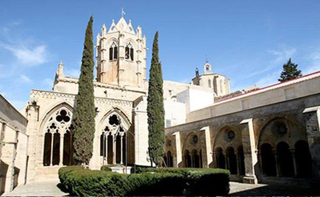 La tomba de quina figura històrica roman al monestir de Vallbona de les Monges?