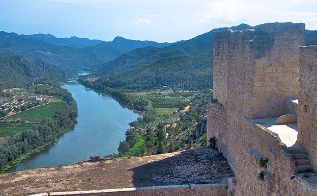 Quin riu banya el castell de Miravet?
