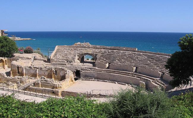 Quina capacitat tenia l'amfiteatre romà de Tarragona?