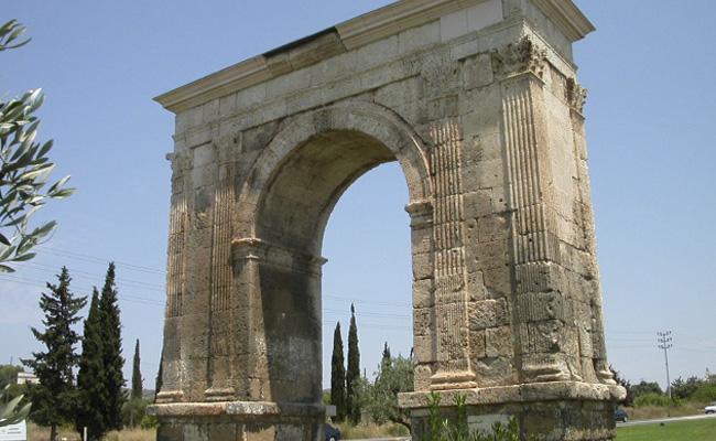 Quin emperador romà va ser responsable de la construcció de l'arc de Berà?
