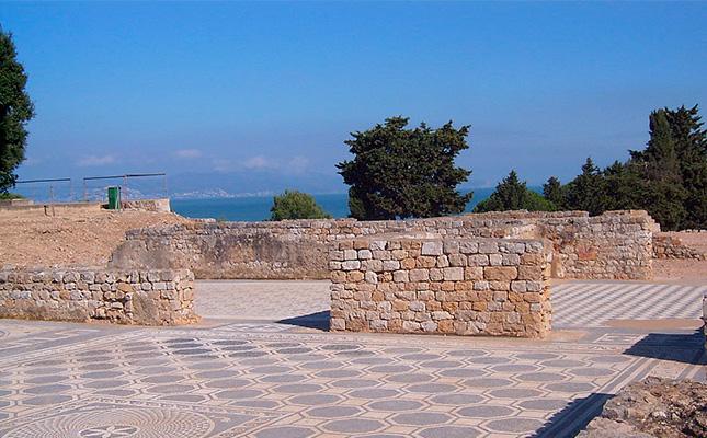 Quines dues cultures foranes van habitar a la ciutat antiga d'Empúries?