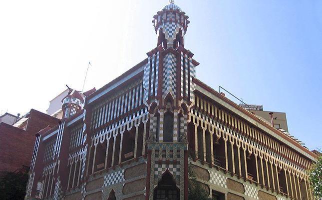 Quin és el primer edifici projectat per Antoni Gaudí a Barcelona?