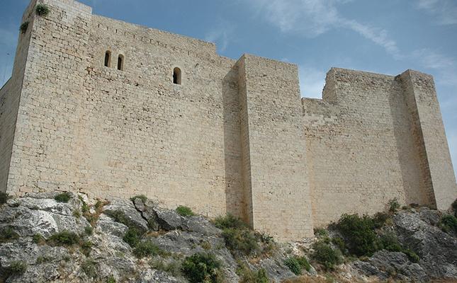 Bell exemple de l'arquitectura de l'orde del Temple, quina alçada té la muralla del castell de Miravet?