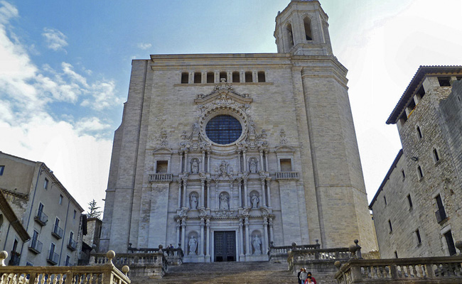 La catedral de Girona té la nau gòtica més ampla del món. Quants metres fa, aproximadament?