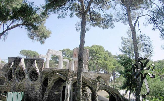 Quants anys van transcórrer des que Gaudí projectà la Cripta Güell i aquesta començà a construir-se?