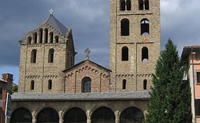 Quins dos sants presideixen la portalada del monestir de Santa Maria de Ripoll?