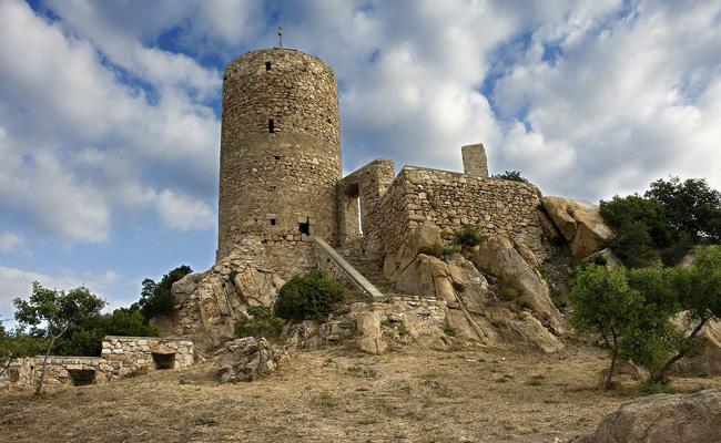 El castell de Burriac és un monument medieval de quin municipi?
