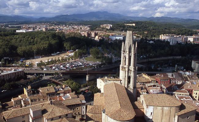 Quants anys va necessitar la construcció del campanar de Sant Feliu de Girona?