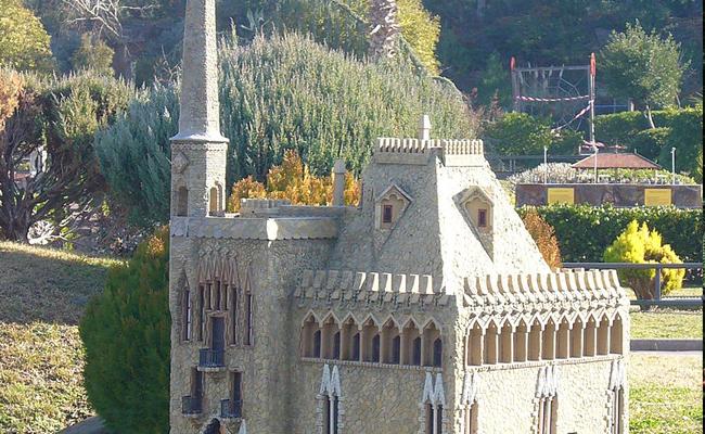 En quin districte de Barcelona s'alça la imponent Torre de Bellesguard d'Antoni Gaudí?