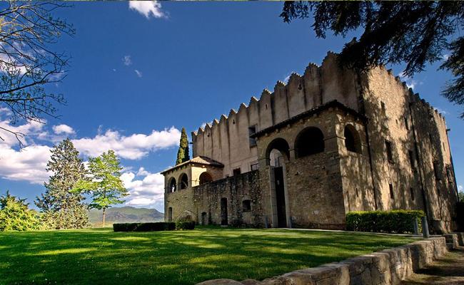 Quina figura històrica trobem a l'origen del castell de Montesquiu?