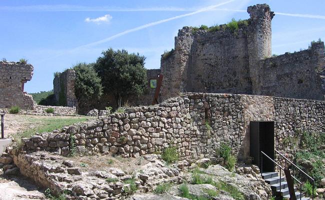 Al castell de Gelida descansen les restes de quina figura il·lustre?