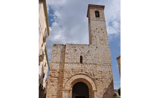De quin estil arquitectònic és la façana de l'esgésia de Sant Miquel de Montblanc?