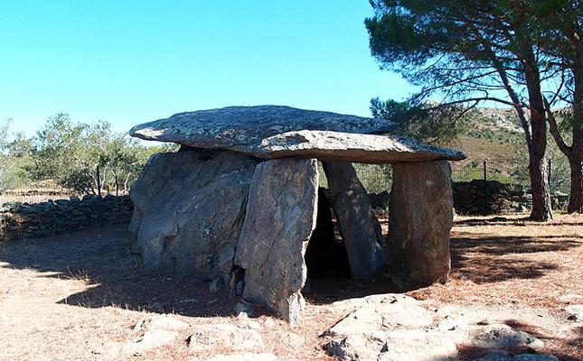 La Creu d'en Cobertella de Roses és un dolmen megalític que en la seva època feia les funcions de?