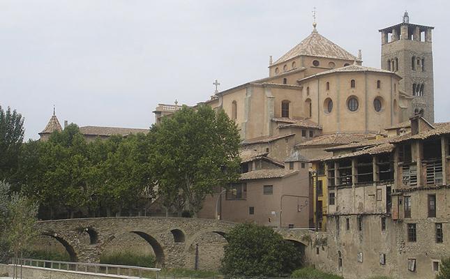 Quin estil arquitectònic predomina actualment a la catedral de Sant Pere de Vic?