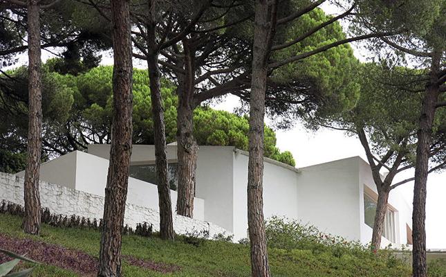 La Casa Ugalde aixecada davant del mar de Caldes d'Estrac l'any 1952 és obra de l'arquitecte?