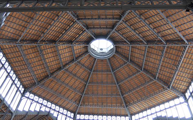 Quin va ser el primer mercat amb arquitectura de ferro de Barcelona?