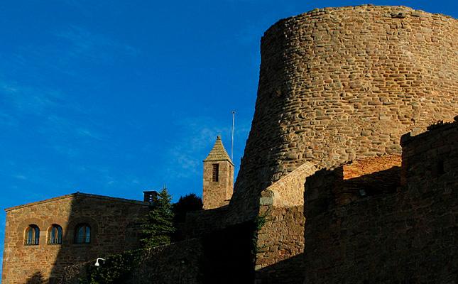 Amb quin nom és coneguda l'emblemàtica torre romànica del castell de Cardona?