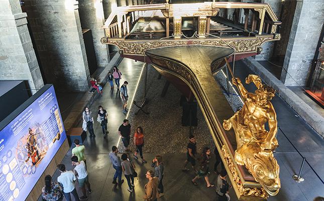 Quin monarca va ser l'encarregat de la construcció de les Drassanes Reials de Barcelona?