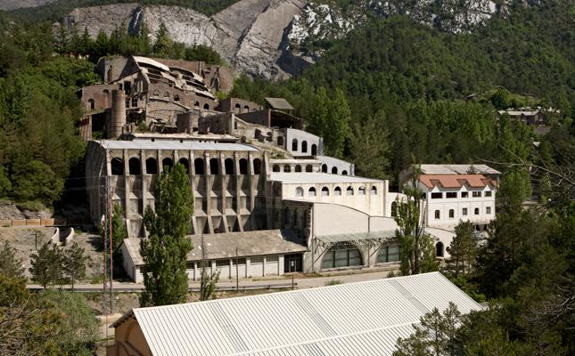 A quin municipi es troba l'antiga fàbrica de ciment Asland, fundada per Eusebi Güell l'any 1904?