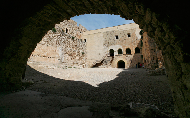 Quin castell és un dels millors exemples de l'arquitectura militar catalana dels segles XII i XIII?