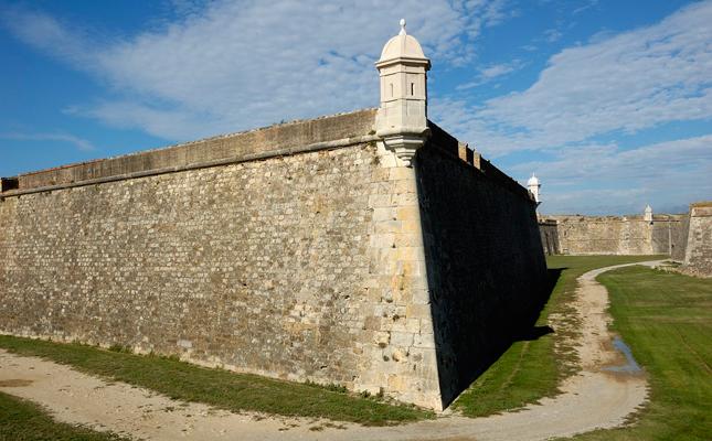 On es troba el castell de Sant Ferran, la fortalesa baluardada més gran d'Europa?