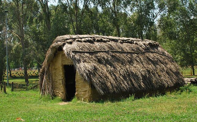 A quina comarca es troba el Parc Neolític de la Draga, l'únic jaciment de la Península on s'han recuperat intactes eines fetes totalment de fusta?