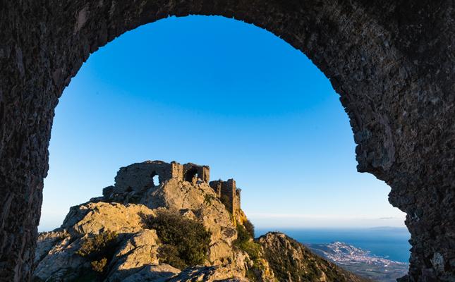 Quin castell forma part del conjunt monumental de Sant Pere de Rodes?